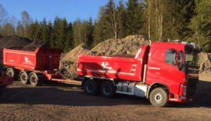 bilde.rød lastebil med henger